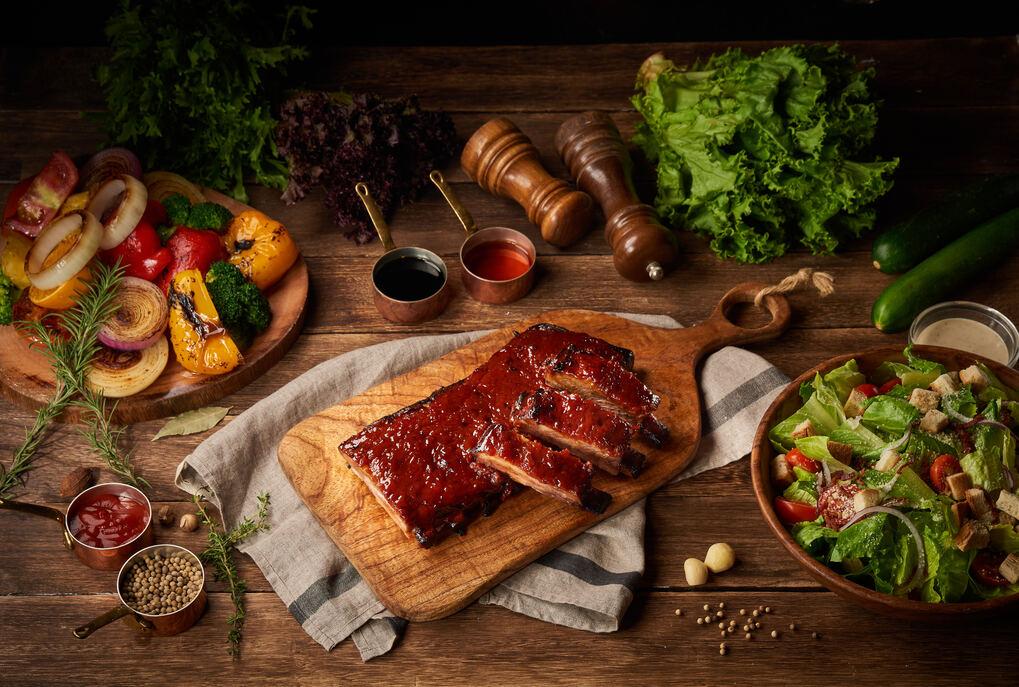 「饗聚廚房」美式經典豬肋排大口吃肉大「塊」朵頤
